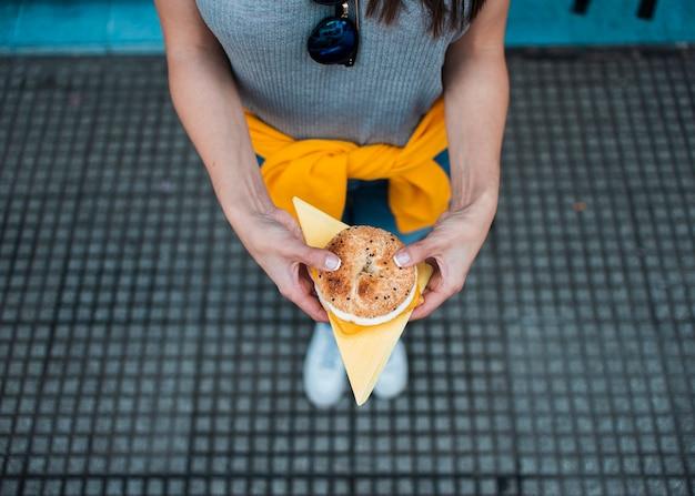 Close-up kobieta z pysznym burgerem