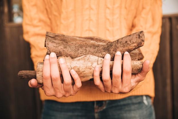 Close-up kobieta załadowane drewno opałowe