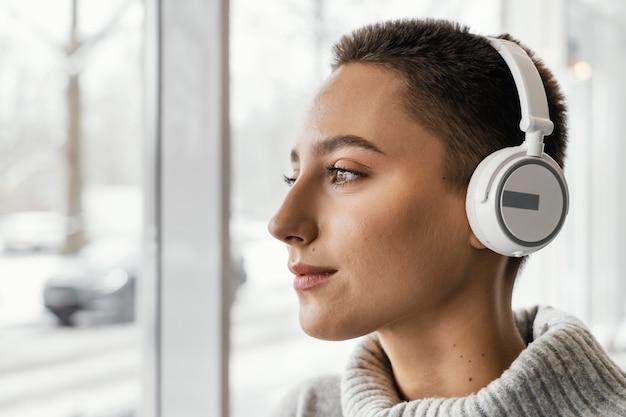 Close-up kobieta ze słuchawkami