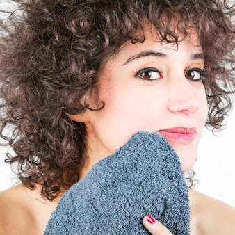 Close-up kobiety wycierają jej twarz z serwetką