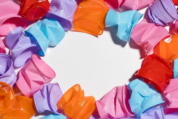 Close-up kolekcja plastikowych kubków z miejsca na kopię