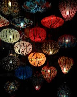 Close-up kolorowe międzynarodowe lampiony, hoi an, wietnam