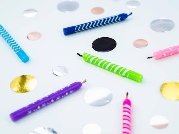 Close-up kolorowe świeczki urodzinowe i kropki