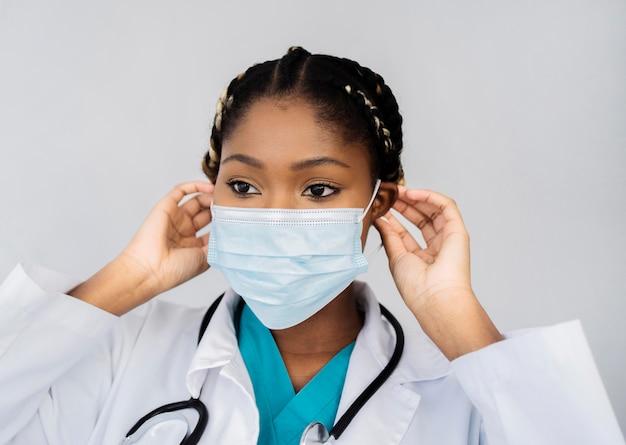 Close-up lekarz noszenie maski medycznej