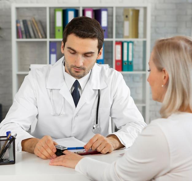 Close-up lekarz sprawdzający pacjenta