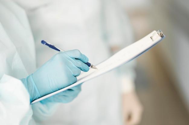 Close-up lekarzy wypełniających formularz medyczny