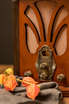 Close-up luksusowe retro przyciski radiowe i kwiaty