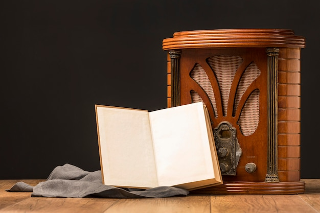 Close-up luksusowe retro radio przyciski z otwartą książką