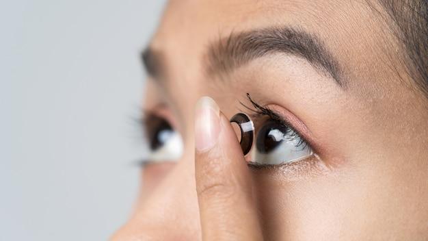 Close-up m? oda kobieta azji noszenie soczewek kontaktowych, makro.