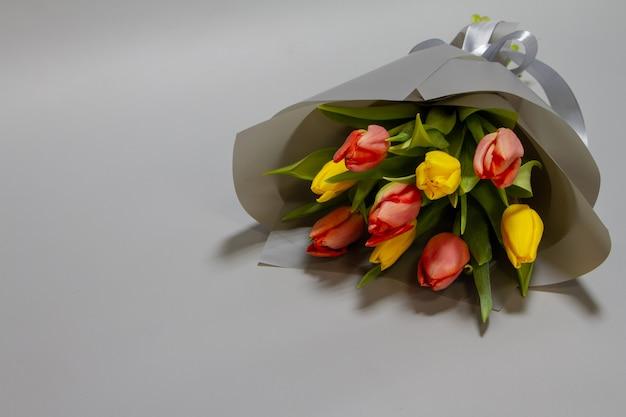 Close-up martwa natura bukiet czerwonych i żółtych unblown tulipanów, selektywne focus
