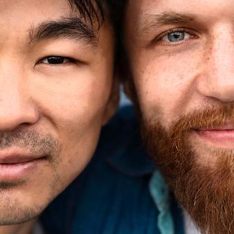 Close-up mężczyzn pozowanie razem