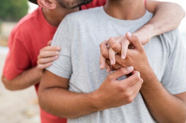 Close-up mężczyzn trzymających się za ręce