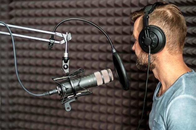 Close-up mężczyzna mówi w radiu