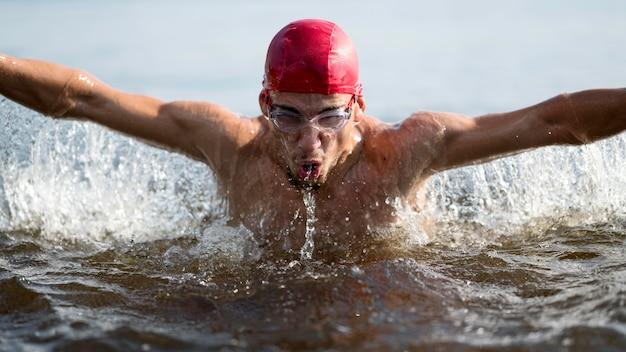 Close-up mężczyzna pływanie w jeziorze