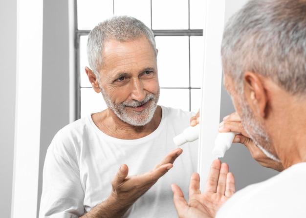 Close-up mężczyzna trzyma pojemnik ze śmietaną