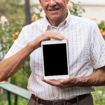 Close-up mężczyzna trzyma tabletkę