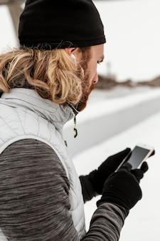 Close-up mężczyzna trzyma telefon