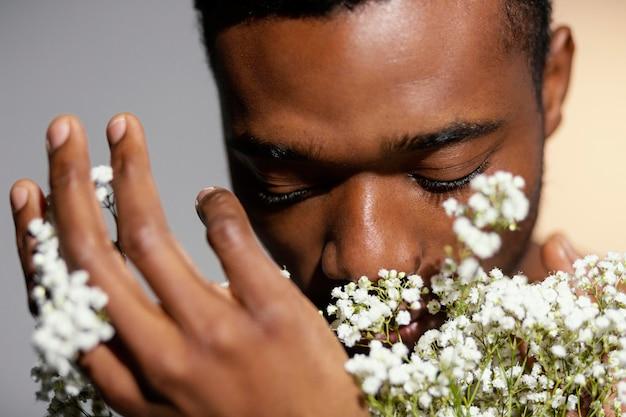 Close-up mężczyzna zapachu kwiatów