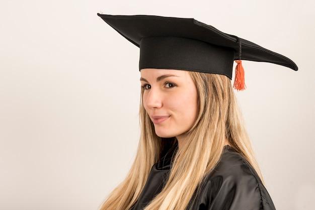 Close-up młoda kobieta ubrana w trencher