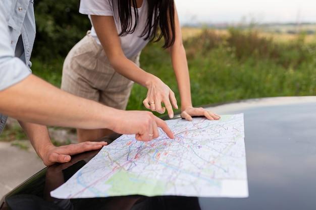 Close-up młoda para razem sprawdzanie mapy