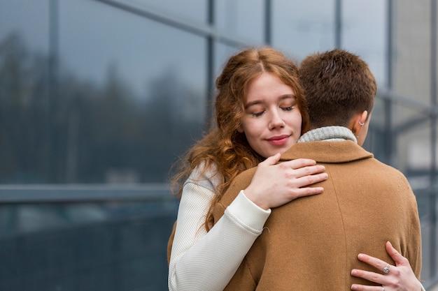 Close-up młode kobiety przytulanie siebie