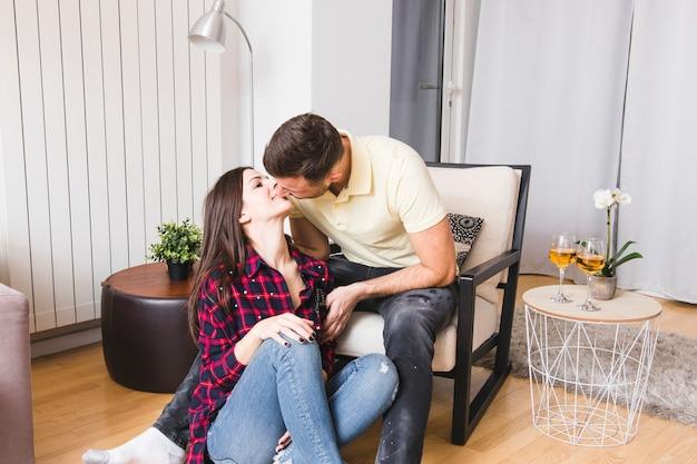 Close-up młodej pary całuje w domu