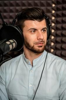 Close-up młody człowiek w radiu