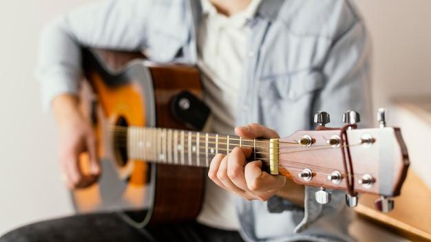 Close-up muzyk gra na gitarze