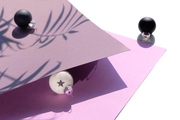 Close-up na czarno-białe boże narodzenie zabawki na fioletowym i szarym papierze warstwowym