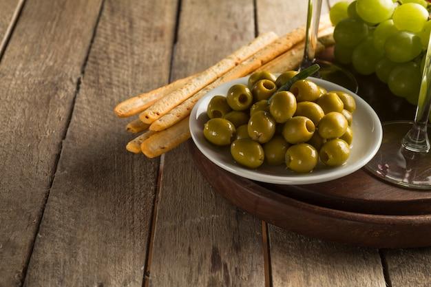 Close-up na płytkę z smaczne oliwki