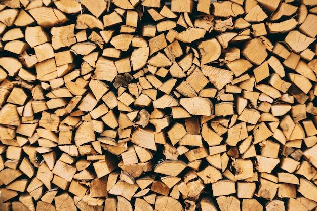 Close-up na stos drewnianych bali