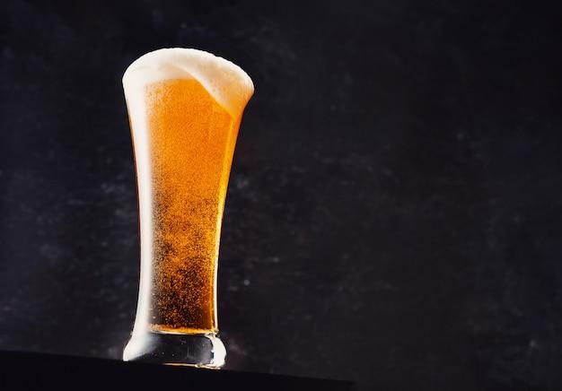 Close-up na świeżą szklankę piwa