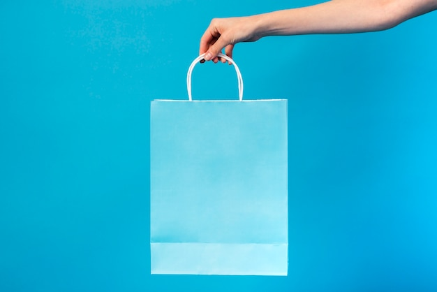Close-up niebieska torba jest w posiadaniu