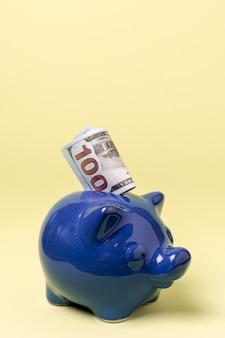 Close-up niebieski skarbonka z pieniędzmi