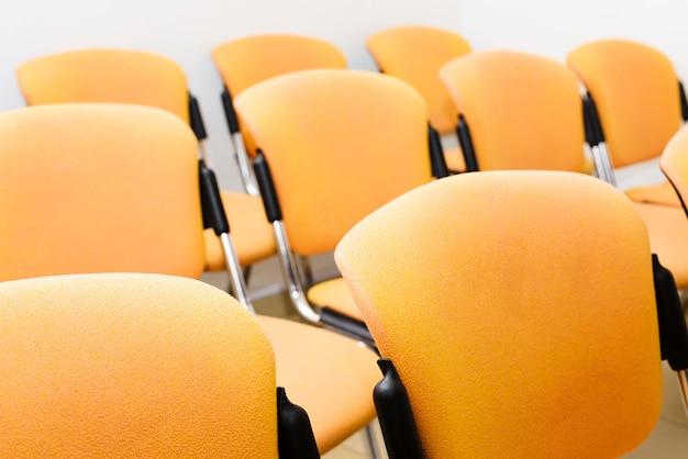 Close-up nowoczesne krzesła audytoryjne
