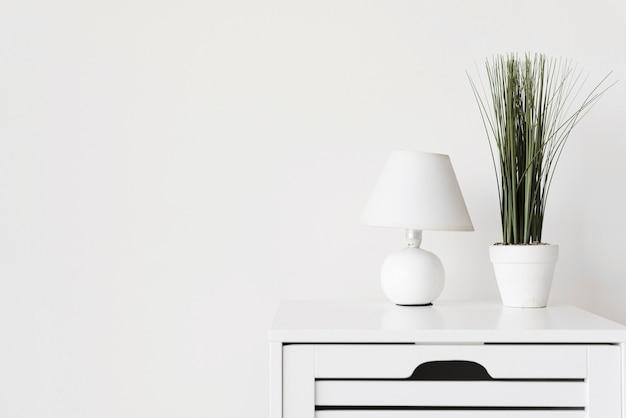 Close-up nowoczesny minimalistyczny stojak nocny z dekoracją
