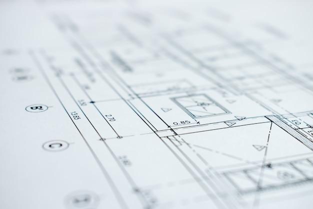 Close-up obraz przedstawiający szczegóły planów budowy.