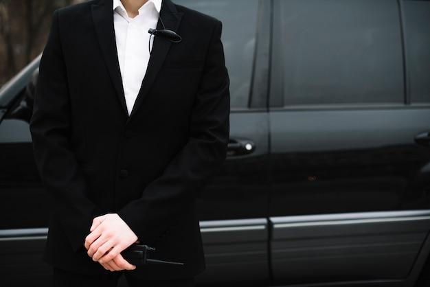 Close-up ochroniarz przed samochodem