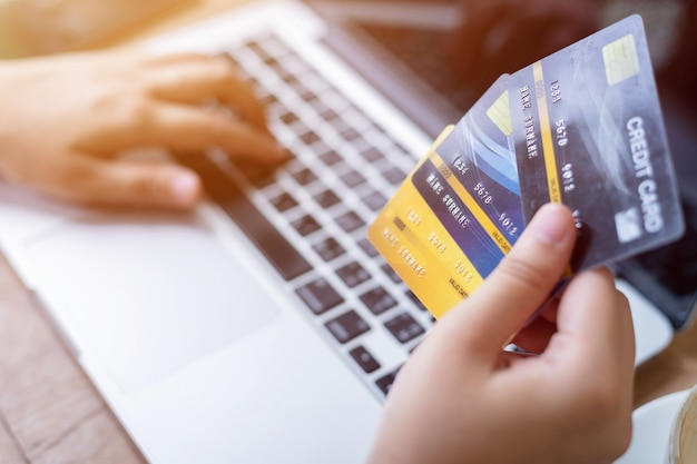 Close-up of freelance people business female hand holding karty kredytowe dorywczo pracy przy użyciu z laptopem