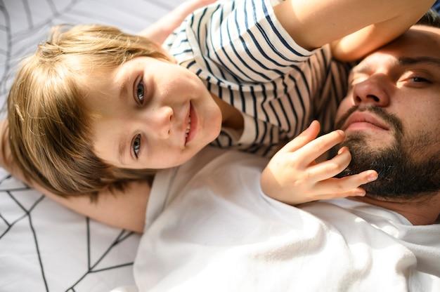 Close-up ojciec i śliczny syn