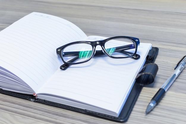 Close-up okularów na otwartym kalendarzu