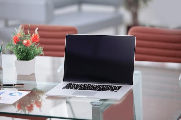 Close up.open notes i piórnik na biurku biznesmena.