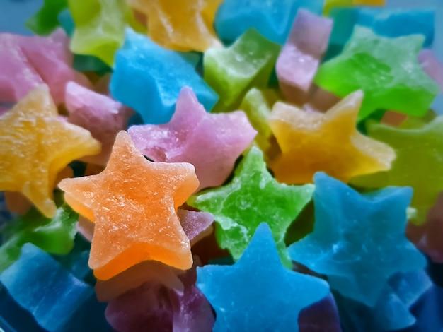 Close-up orange star candy na kupie star candy
