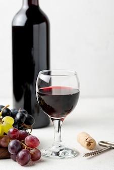 Close-up organiczne czerwone wino w szkle