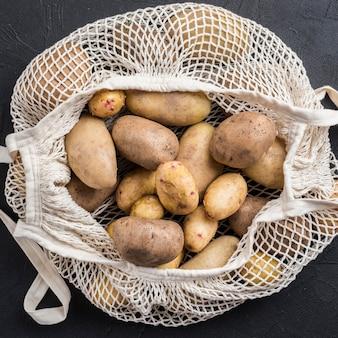 Close-up organiczne ziemniaki w torbie