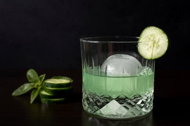 Close-up orzeźwiający napój alkoholowy z ogórkiem
