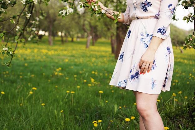 Close-up photo - dziewczyna w słonecznym letnim ogrodzie