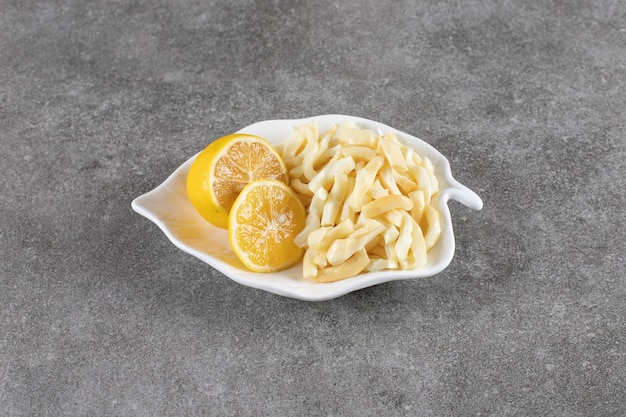 Close up photo soczyste cytryny z serem na talerzu
