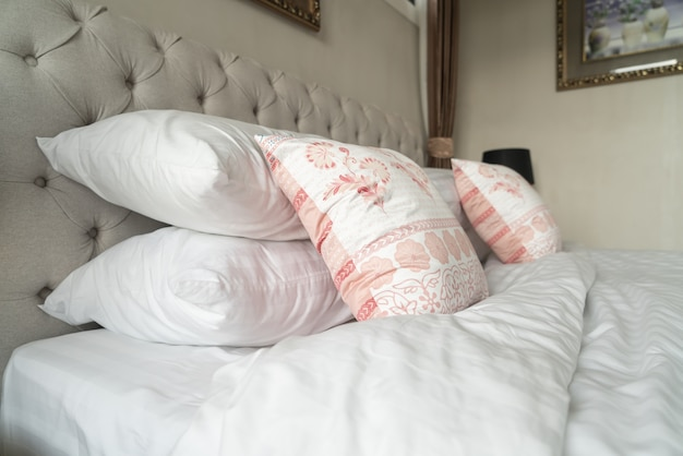Close-up piękna dekoracja poduszki na łóżku