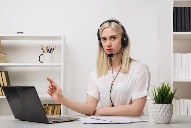 Close-up portret agenta obsługi klienta siedzi w biurze - obraz